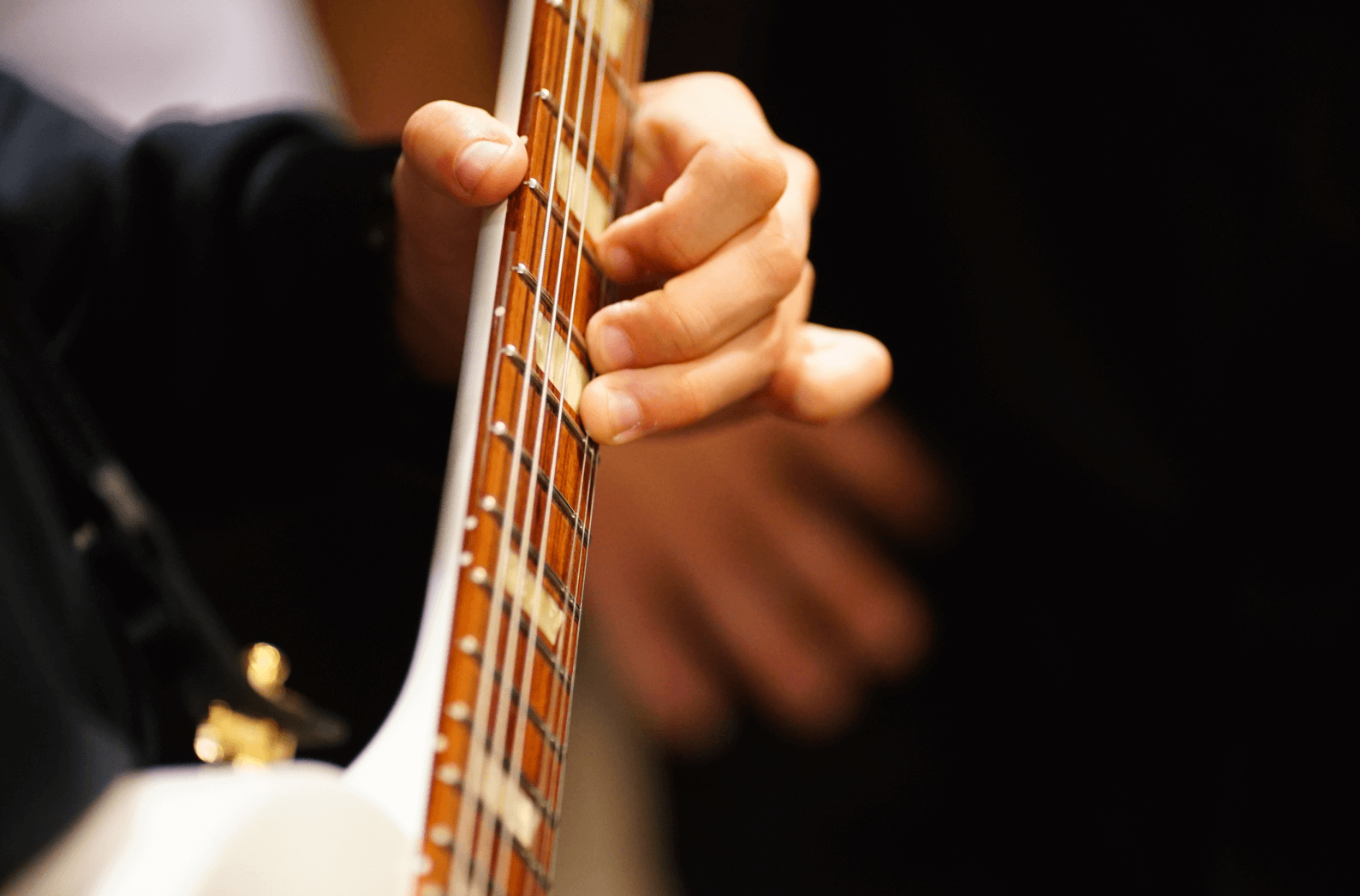 Guitar vibrato hand position